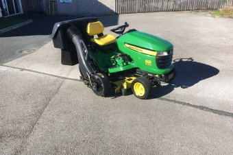 John Deere X320 Ride On Mower