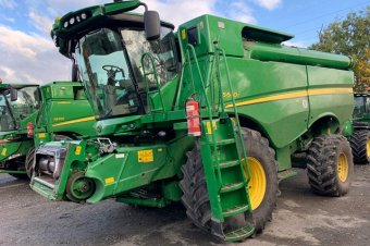 John Deere S680 Level Land Combine