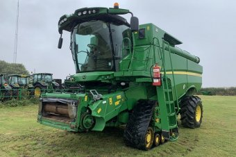 John Deere S690 Level Land Combine